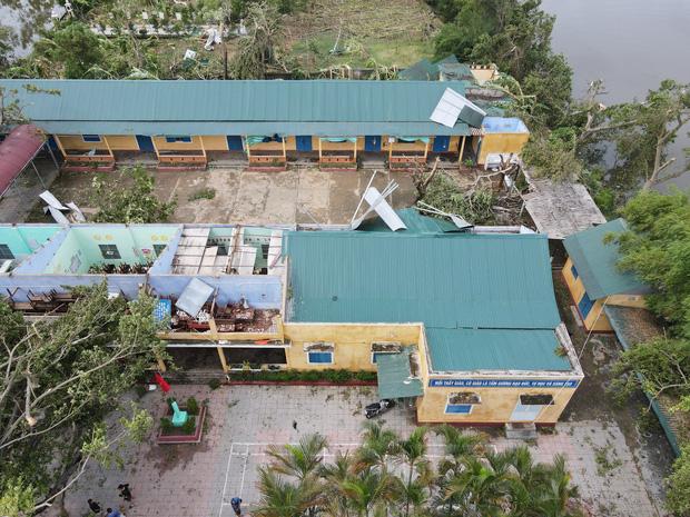 Trường Tiểu học ở Huế tan hoang, cây đổ và tốc mái hàng loạt lớp học do bão số 5-1