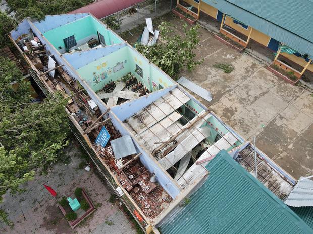 Trường Tiểu học ở Huế tan hoang, cây đổ và tốc mái hàng loạt lớp học do bão số 5-4