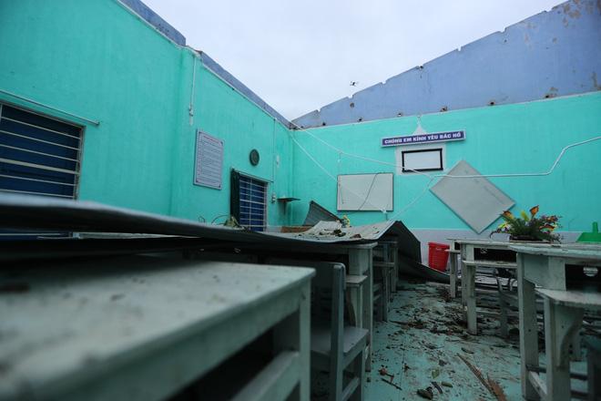 Trường Tiểu học ở Huế tan hoang, cây đổ và tốc mái hàng loạt lớp học do bão số 5-10