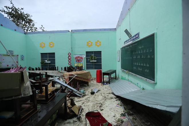 Trường Tiểu học ở Huế tan hoang, cây đổ và tốc mái hàng loạt lớp học do bão số 5-11