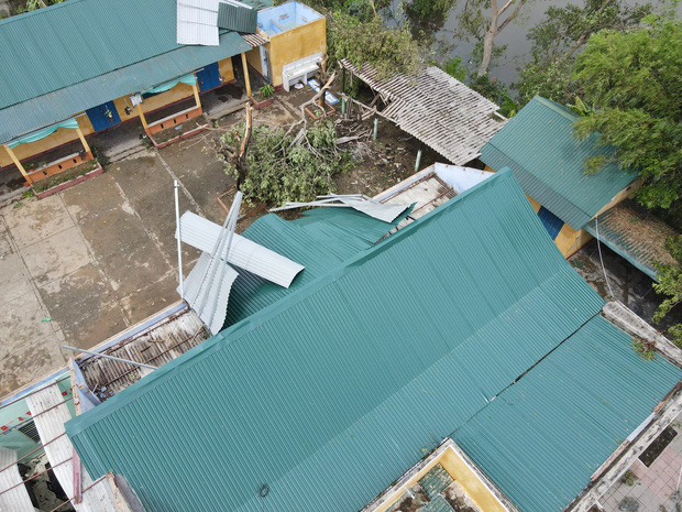 Trường Tiểu học ở Huế tan hoang, cây đổ và tốc mái hàng loạt lớp học do bão số 5-12