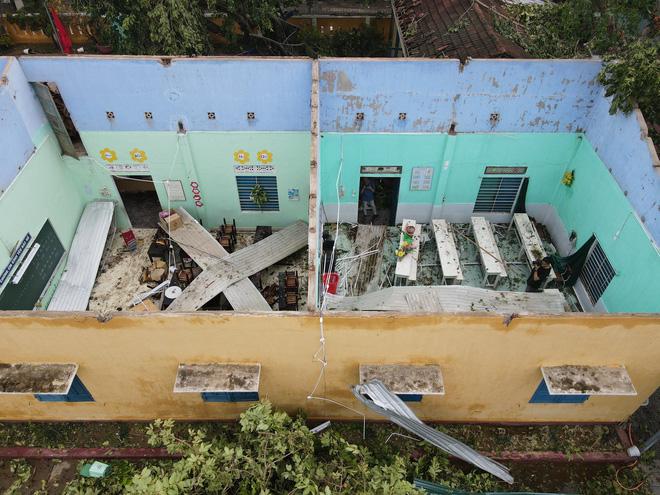 Trường Tiểu học ở Huế tan hoang, cây đổ và tốc mái hàng loạt lớp học do bão số 5-5