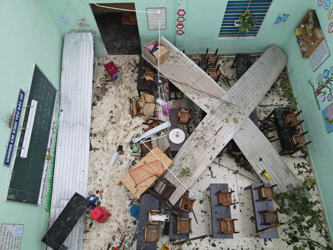 Trường Tiểu học ở Huế tan hoang, cây đổ và tốc mái hàng loạt lớp học do bão số 5-6