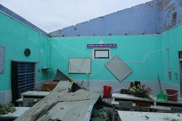 Trường Tiểu học ở Huế tan hoang, cây đổ và tốc mái hàng loạt lớp học do bão số 5-7