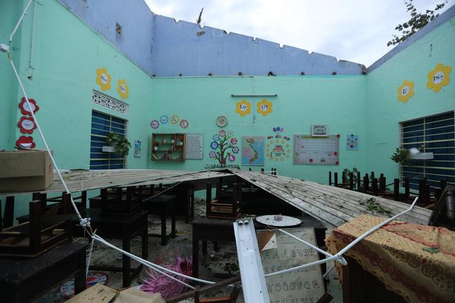 Trường Tiểu học ở Huế tan hoang, cây đổ và tốc mái hàng loạt lớp học do bão số 5-9