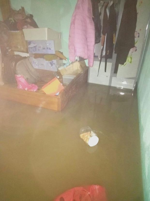 Sinh viên Đà Nẵng khóc ròng nhìn phòng trọ ngập tận mép giường, cả đêm thức trắng tát nước ra ngoài-4
