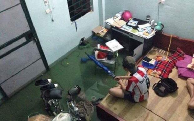 Sinh viên Đà Nẵng khóc ròng nhìn phòng trọ ngập tận mép giường, cả đêm thức trắng tát nước ra ngoài-1