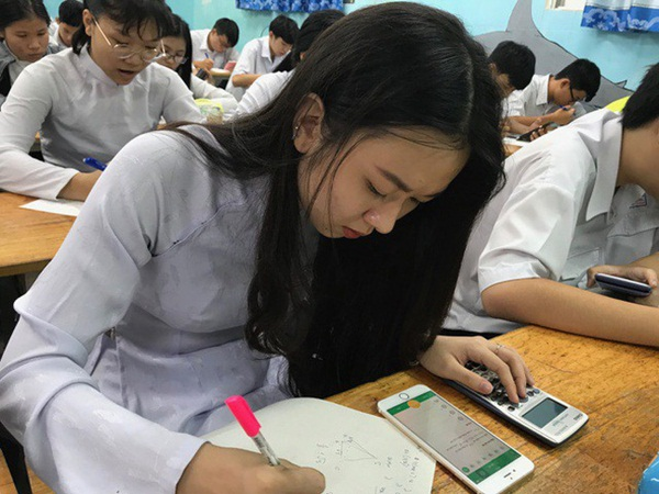Quy định mới cho phép sử dụng điện thoại trong lớp: Học sinh mừng rơn, phụ huynh chỉ ngay ra điểm mấu chốt khiến trẻ đừng mơ mà xao nhãng học tập-1