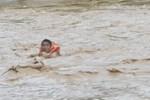 Cận cảnh lũ hiếm thấy ở miền núi Quảng Nam, cán bộ y tế bơi qua dòng nước cứu người
