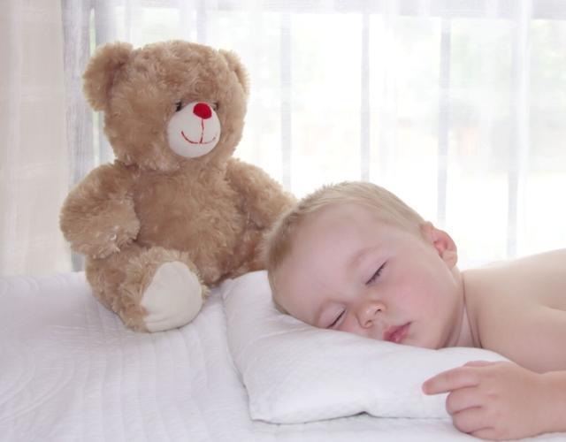 Trẻ có cần gối để ngủ không? Mẹ cho con dùng gối theo cách này bảo sao bé vừa bẹt đầu, vừa tổn thương cột sống-2