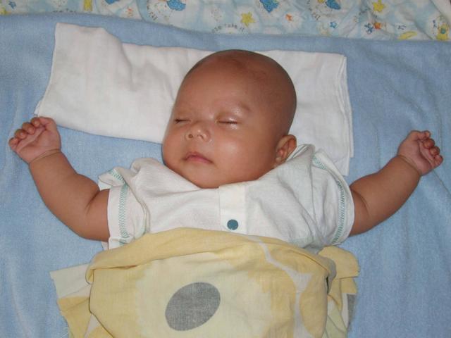 Trẻ có cần gối để ngủ không? Mẹ cho con dùng gối theo cách này bảo sao bé vừa bẹt đầu, vừa tổn thương cột sống-3