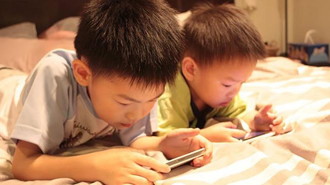 Ngoài việc gây hại mắt, trẻ xem điện thoại hơn 2 giờ/ngày còn vướng phải cả loạt vấn đề nghiêm trọng-1