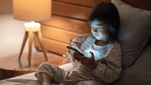 Ngoài việc gây hại mắt, trẻ xem điện thoại hơn 2 giờ/ngày còn vướng phải cả loạt vấn đề nghiêm trọng-3