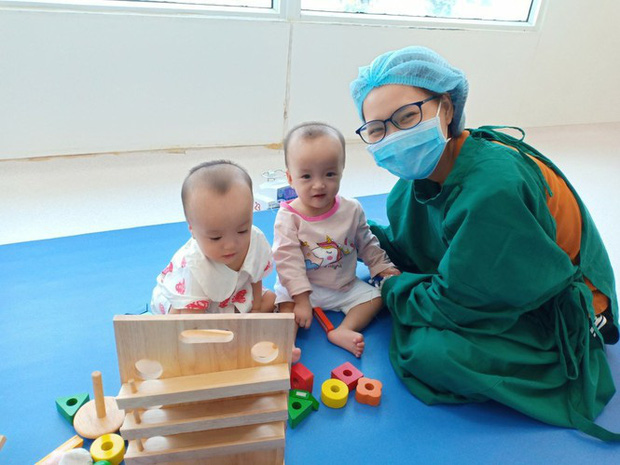 Trúc Nhi - Diệu Nhi hồn nhiên chơi đồ hàng sau 2 tháng phẫu thuật tách dính, nụ cười rạng rỡ và đáng yêu-1