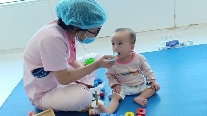 Trúc Nhi - Diệu Nhi hồn nhiên chơi đồ hàng sau 2 tháng phẫu thuật tách dính, nụ cười rạng rỡ và đáng yêu-2