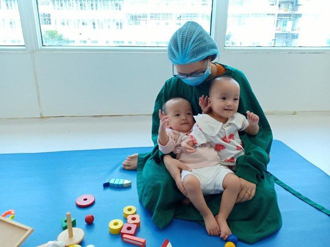 Trúc Nhi - Diệu Nhi hồn nhiên chơi đồ hàng sau 2 tháng phẫu thuật tách dính, nụ cười rạng rỡ và đáng yêu-3