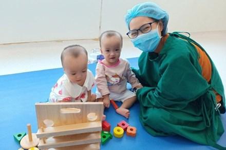 Trúc Nhi - Diệu Nhi hồn nhiên chơi đồ hàng sau 2 tháng phẫu thuật tách dính, nụ cười rạng rỡ và đáng yêu