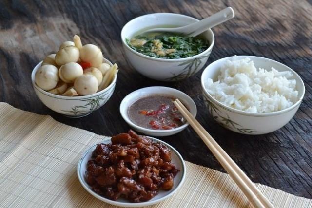 3 kiểu ăn cơm cực tai hại mà người Việt cần phải từ bỏ ngay trước khi làm mòn bao tử và rước thêm cả tá bệnh cho mình-1