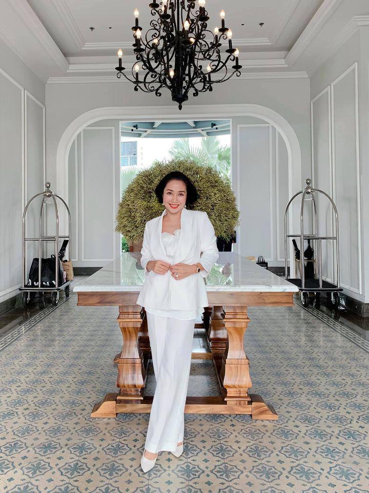 Ốc Thanh Vân ở nhà chăm con mặc bình dân, đổi style theo hội nữ tổng tài liền lên đời-8