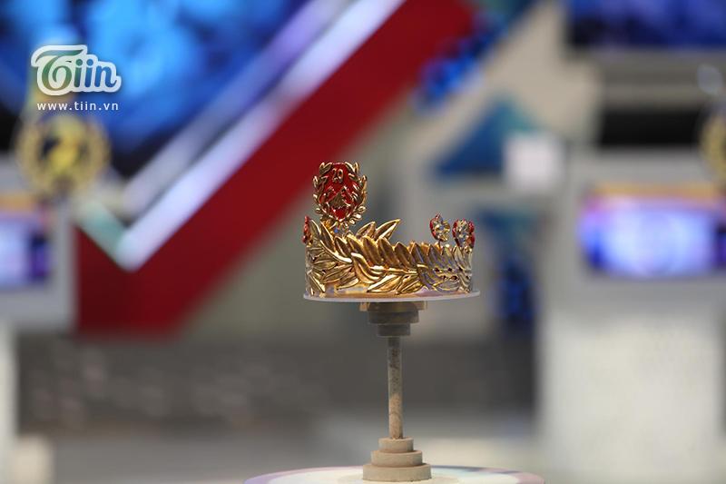 Cận cảnh chiếc vòng nguyệt quế bằng vàng 4 số 9 nguyên chất giành tặng Quán quân Olymia 2020-2