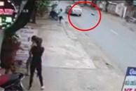 Clip: Xe Vios chạy lấn làn, đâm người phụ nữ lộn nhiều vòng trên không trung trước khi tiếp đất