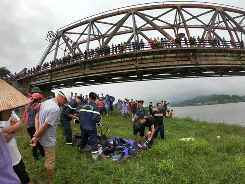 Thương tâm: Thấy cô gái đi xe máy ngã sông, tài xế xe tải lao xuống cứu nhưng bất thành khiến cả 2 bị nước cuốn mất tích-2