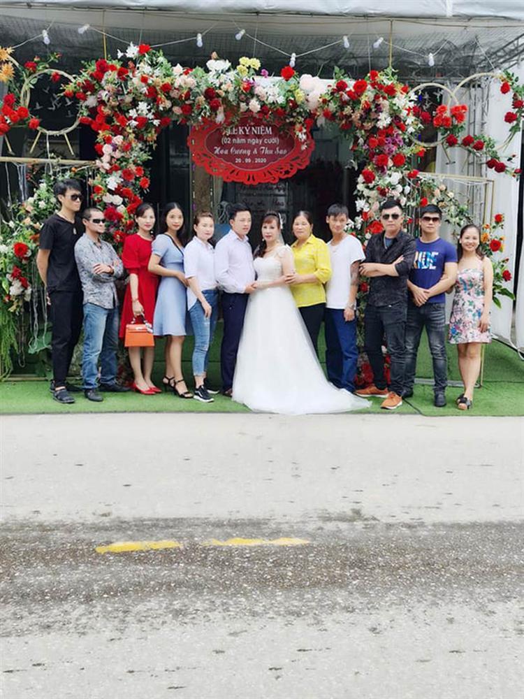 Cô dâu 63 tuổi ở Cao Bằng tổ chức tiệc 2 năm ngày cưới, gây tranh cãi khi mặc váy cô dâu rườm rà đứng đón khách-1