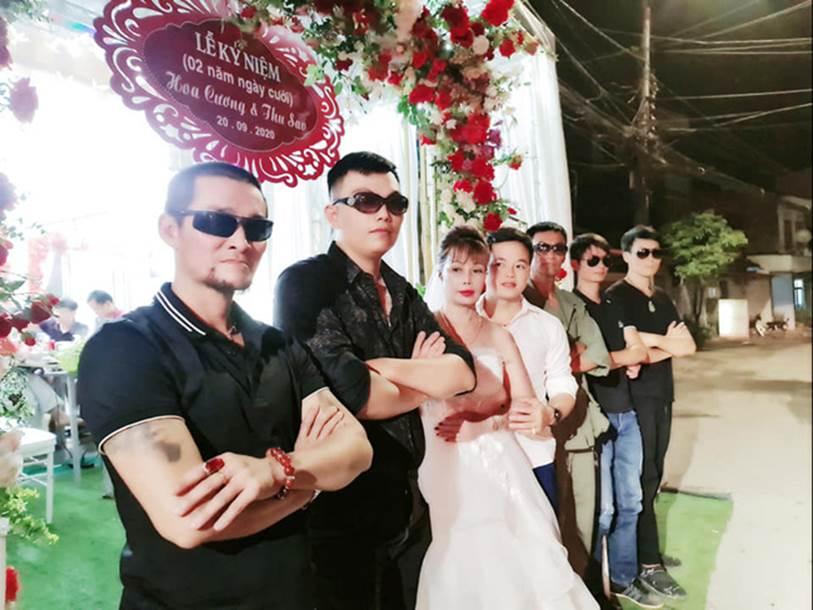 Cô dâu 63 tuổi ở Cao Bằng tổ chức tiệc 2 năm ngày cưới, gây tranh cãi khi mặc váy cô dâu rườm rà đứng đón khách-2