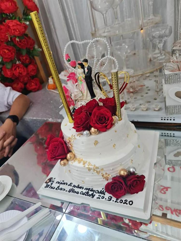 Cô dâu 63 tuổi ở Cao Bằng tổ chức tiệc 2 năm ngày cưới, gây tranh cãi khi mặc váy cô dâu rườm rà đứng đón khách-3
