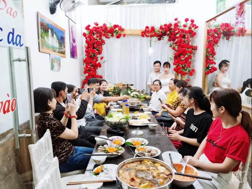 Cô dâu 63 tuổi ở Cao Bằng tổ chức tiệc 2 năm ngày cưới, gây tranh cãi khi mặc váy cô dâu rườm rà đứng đón khách-4