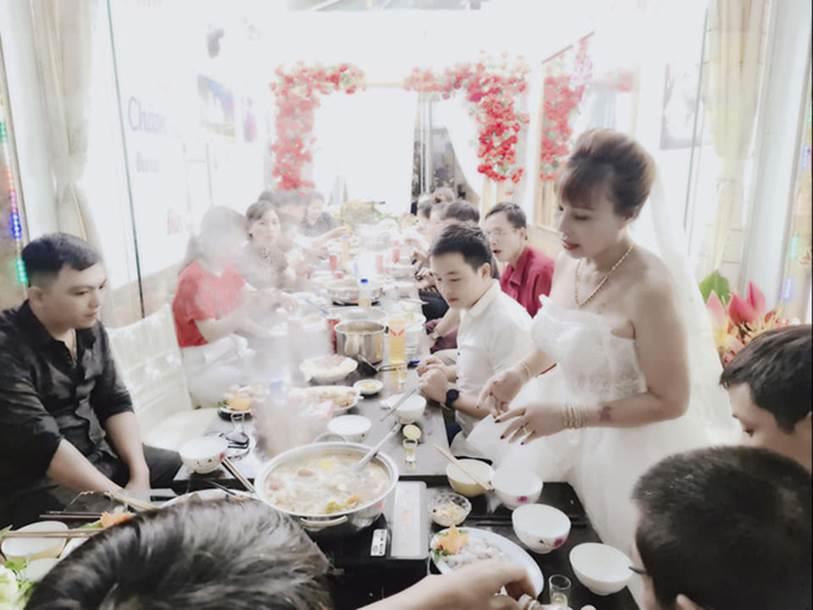 Cô dâu 63 tuổi ở Cao Bằng tổ chức tiệc 2 năm ngày cưới, gây tranh cãi khi mặc váy cô dâu rườm rà đứng đón khách-5