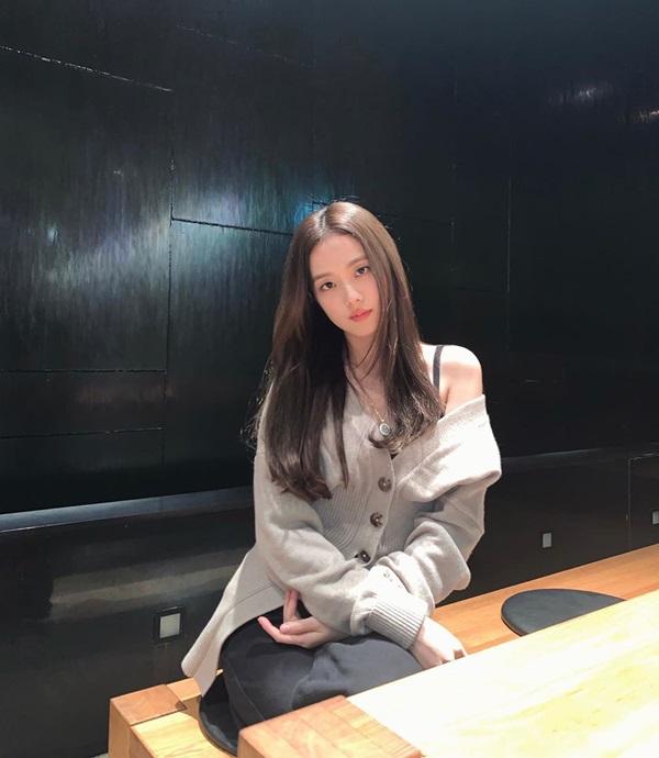 Idol Hàn có tuyệt chiêu kéo lệch áo lả lơi siêu sexy mà vẫn sang chảnh-4