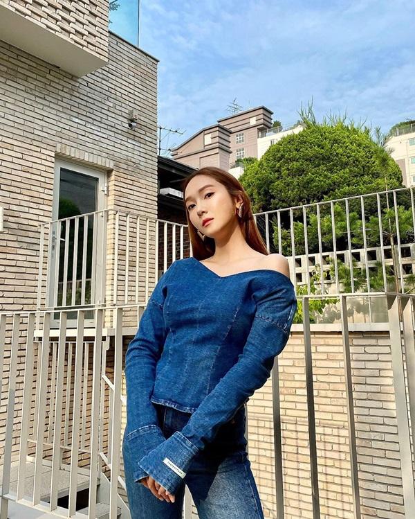 Idol Hàn có tuyệt chiêu kéo lệch áo lả lơi siêu sexy mà vẫn sang chảnh-7