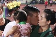 Khánh Linh đắm đuối hôn Bùi Tiến Dũng, mẹ chồng đứng cạnh ngượng ngùng quay mặt đi