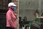 SỐC: Gã đàn ông giả gái đứng giữa đường làm hành động 'nhạy cảm' khiến cánh chị em kinh hãi tột độ