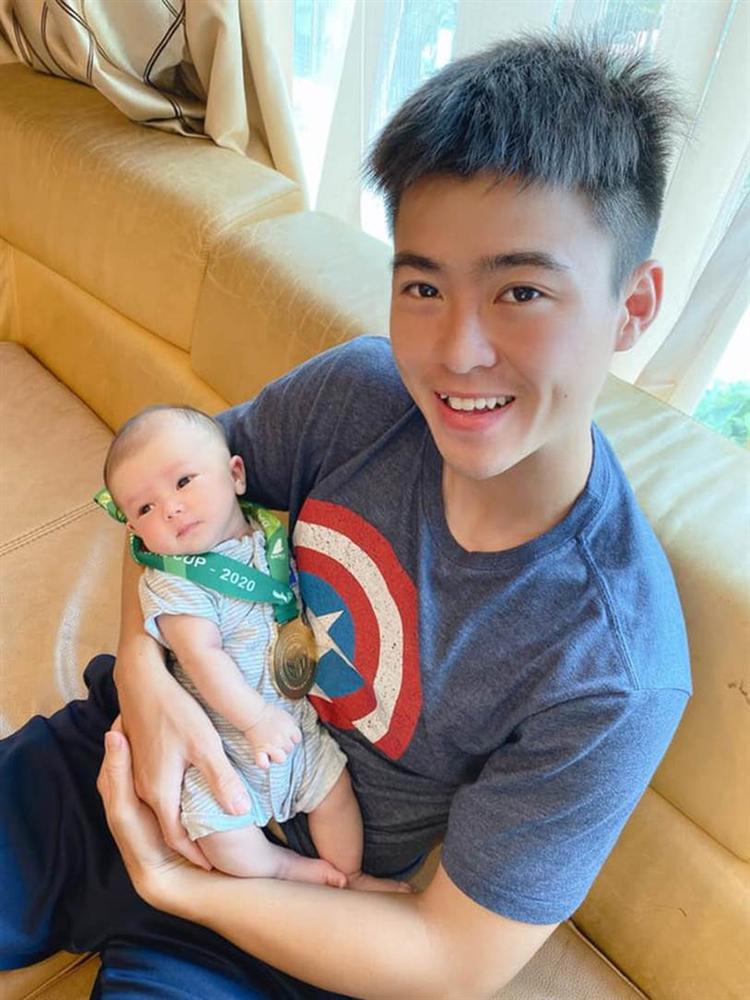 Mới hơn 1 tháng tuổi đã được ông bố trẻ Duy Mạnh trao huy chương vàng, cậu nhỏ Duy Minh được cộng đồng mạng khen nức nở vì giống bố như tạc-1