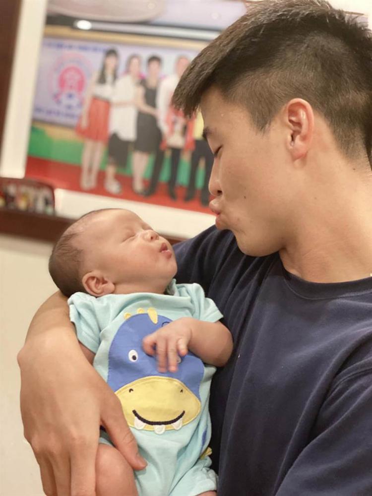 Mới hơn 1 tháng tuổi đã được ông bố trẻ Duy Mạnh trao huy chương vàng, cậu nhỏ Duy Minh được cộng đồng mạng khen nức nở vì giống bố như tạc-2