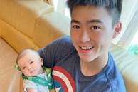 Mới hơn 1 tháng tuổi đã được ông bố trẻ Duy Mạnh 'trao' huy chương vàng, cậu nhỏ Duy Minh được cộng đồng mạng khen nức nở vì giống bố như tạc