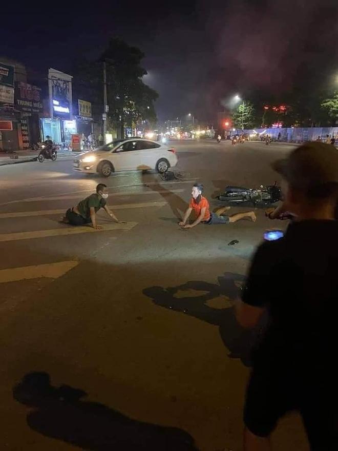 2 thanh niên chạy xe máy, đánh võng tóe lửa trên đường và bức ảnh tiết lộ cái kết đau thương-2
