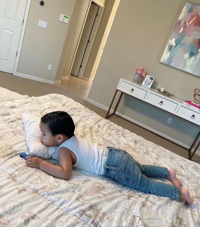 Con trai Phạm Hương sở hữu đôi chân dài miên man giống hệt mẹ, nhìn cậu ấm mà ngưỡng mộ cách nuôi con của Hoa hậu quốc dân-3