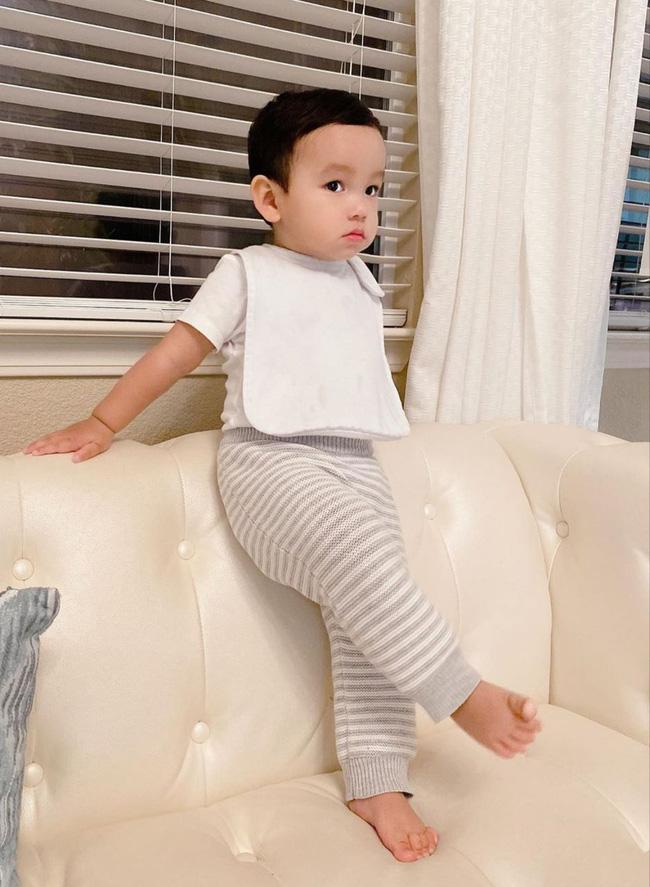 Con trai Phạm Hương sở hữu đôi chân dài miên man giống hệt mẹ, nhìn cậu ấm mà ngưỡng mộ cách nuôi con của Hoa hậu quốc dân-4