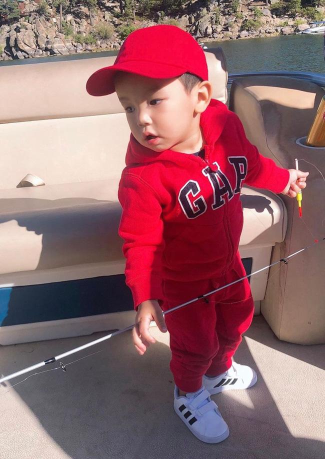 Con trai Phạm Hương sở hữu đôi chân dài miên man giống hệt mẹ, nhìn cậu ấm mà ngưỡng mộ cách nuôi con của Hoa hậu quốc dân-9