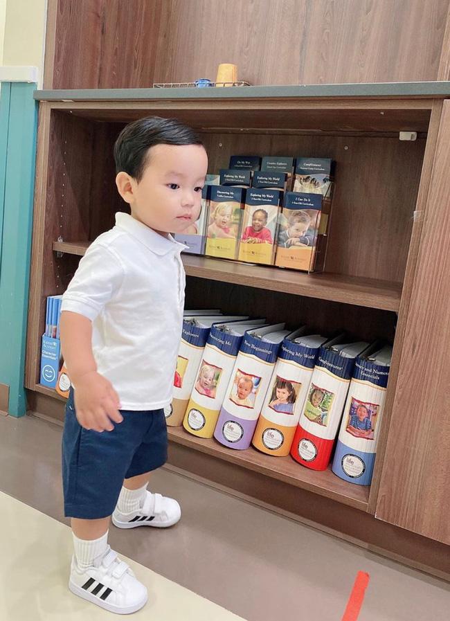 Con trai Phạm Hương sở hữu đôi chân dài miên man giống hệt mẹ, nhìn cậu ấm mà ngưỡng mộ cách nuôi con của Hoa hậu quốc dân-12