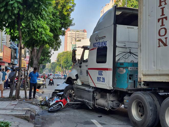 Kinh hoàng container lao qua dải phân cách, tông nát ô tô sang BMW và cuốn nhiều xe máy vào gầm-2