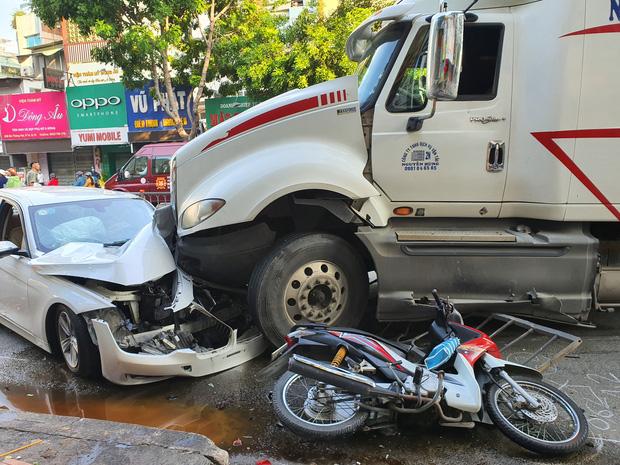 Kinh hoàng container lao qua dải phân cách, tông nát ô tô sang BMW và cuốn nhiều xe máy vào gầm-6