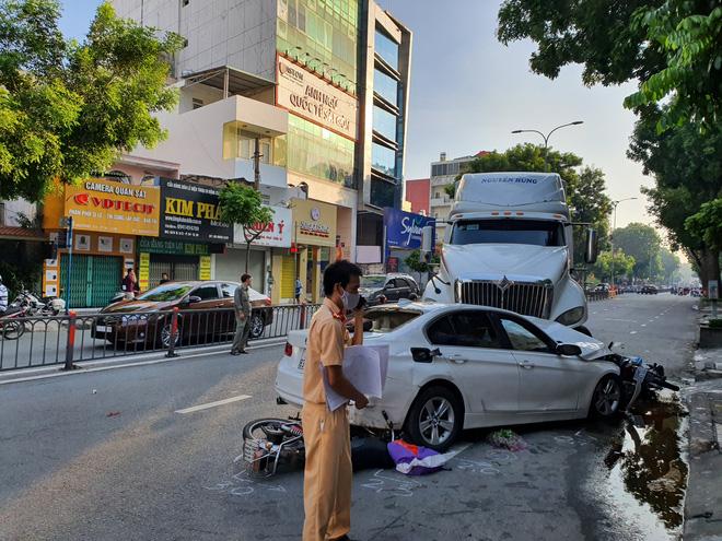 Kinh hoàng container lao qua dải phân cách, tông nát ô tô sang BMW và cuốn nhiều xe máy vào gầm-9