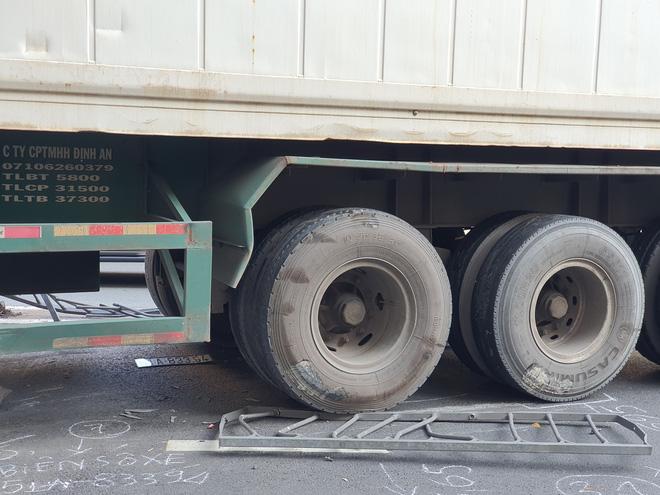 Kinh hoàng container lao qua dải phân cách, tông nát ô tô sang BMW và cuốn nhiều xe máy vào gầm-7