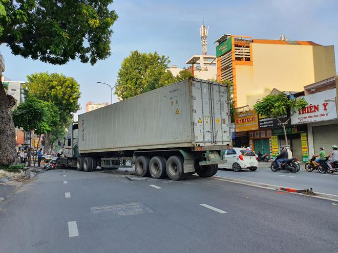 Kinh hoàng container lao qua dải phân cách, tông nát ô tô sang BMW và cuốn nhiều xe máy vào gầm-8