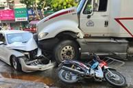 Kinh hoàng container lao qua dải phân cách, tông nát ô tô sang BMW và cuốn nhiều xe máy vào gầm