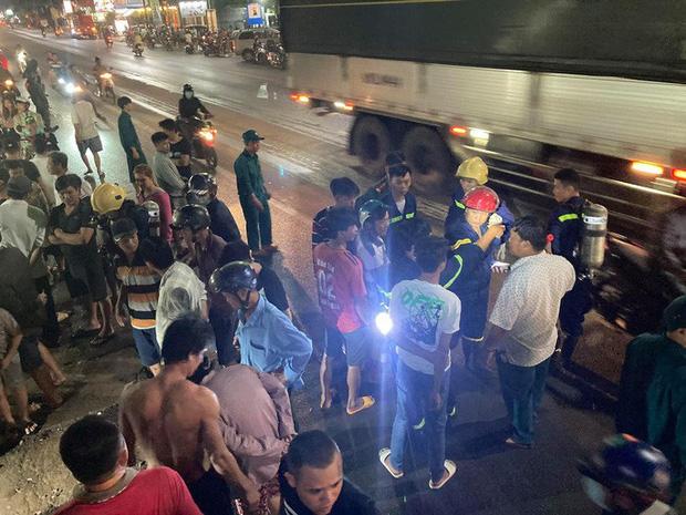 Hàng trăm người chui xuống cống tìm người phụ nữ bị nước cuốn ở Đồng Nai-2